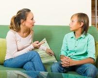 Moder som grälar på den tonårs- sonen Royaltyfri Foto