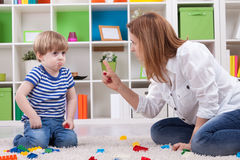 Moder som grälar på ett olydigt barn Royaltyfri Bild