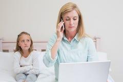 Moder som ignorerar hennes liten flicka Arkivbilder