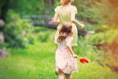 Moder som körs i väg från ung flicka arkivfoton