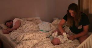 Moder som kontrollerar hennes son under natten stock video