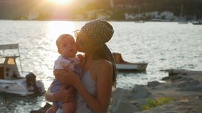 Moder som kramar hennes unga son stock video
