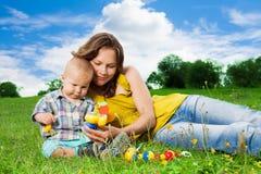 Moder som leker med sonen i park Royaltyfri Fotografi