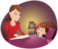 Moder som läser till flickan i säng Arkivfoton