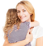 Moder som omfamnar barnet Arkivfoton