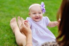 Moder som rymmer det gulliga spädbarnet i händer behandla som ett barn litet Arkivfoton