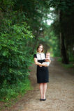 Moder som rymmer en behandla som ett barn Royaltyfria Foton