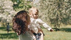 Moder som rymmer hennes lilla son Mammavisningförälskelse och affektion till sonen parkerar in arkivfilmer