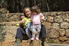 Moder som rymmer stygga tvilling- flickor Arkivbilder