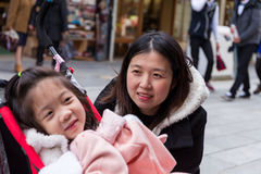 Moder som ser dottern, selektiv fokus Arkivbilder