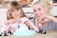 Moder som spelar med dottern Royaltyfri Fotografi