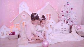 Moder som spelar med hennes dotter på julafton lager videofilmer