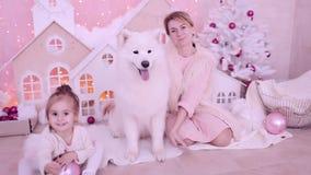 Moder som spelar med hennes dotter på julafton arkivfilmer
