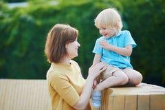 Moder som spelar med hennes lilla litet barnpojke Royaltyfri Bild