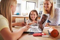 Moder som spenderar tid med hemmastadda döttrar Arkivbilder