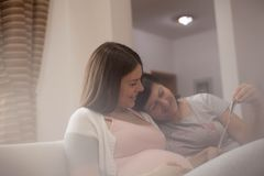 Moder som stöttar hennes gravida dotter arkivbild