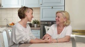 Moder som talar med hennes dotter lager videofilmer