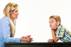 Moder som talar med sonen Barnuppfostran Royaltyfria Bilder