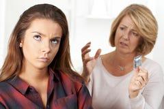 Moder som talar till den tonårs- dottern om det att använda preventivmedel royaltyfri fotografi