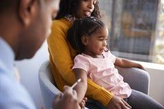 Moder som tar den unga dottern för vaccinering i doktorer kontor arkivfoto