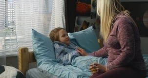 Moder som tar omsorg av den sjuka dottern stock video