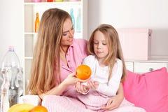 Moder som tar omsorg av det sjuka barnet arkivbilder