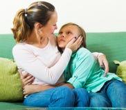 Moder som tröstar den tonårs- pojken Arkivfoto