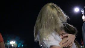 Moder som tröstar den utomhus- skriande dottern Mamma och dotter på natten arkivfilmer