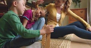 Moder som undervisar hennes barn matematik på kulrammet hemmastadd 4k lager videofilmer