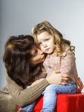 Moder som uppmuntrar den lilla dottern royaltyfri bild