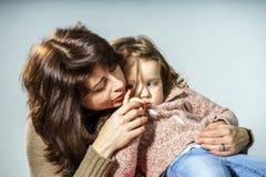 Moder som uppmuntrar den lilla dottern royaltyfria bilder