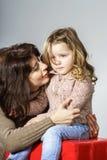 Moder som uppmuntrar den lilla dottern royaltyfria foton