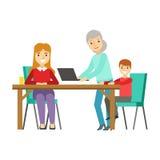 Moder, unge och mormor som tillsammans använder datoren, lycklig familj som har den bra Tid illustrationen Arkivfoto