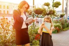 Moderaffärskvinnan tar barnet till skolan Royaltyfri Foto