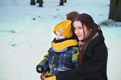 Moderannonsson i vinter Fotografering för Bildbyråer