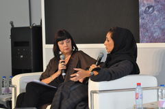 Moderatore di evento che intervista progettista arabo - fase e abbigliamento in bianco e nero Fotografie Stock Libere da Diritti