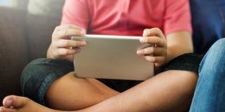 Moderbarn som lär socialt massmediabegrepp för utbildning Arkivfoto