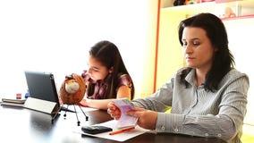Moderbesparing för hennes dotter arkivfilmer
