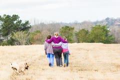 Moderdöttrar som går naturen, parkerar Arkivfoton
