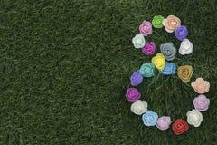 Moderdag UK 2018 nummer som 8 bildas med blommor på gräsbakgrund Arkivfoton