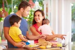 Moderdanandemellanmål för familj i kök Arkivbilder