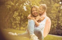 Moderdotterförälskelse Stående royaltyfri foto