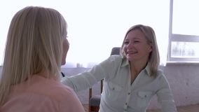 Moderdotterförhållande, gladlynt kvinna som har roligt och skrattar, medan meddela med unga flickan som kramar på säng arkivfilmer