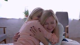 Moderdotterförhållande, lycklig mamma med den vuxna dottern som hemma kramar stundkommunikation lager videofilmer