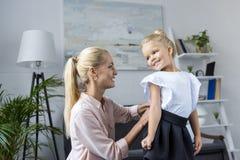 Moderdressingdotter till skolan arkivfoton