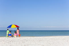 Moderfader & barnfamilj på strand Royaltyfria Bilder