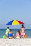 Moderfader & barnfamilj på strand Arkivfoton
