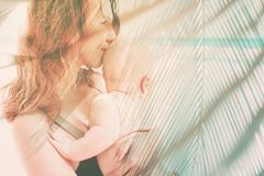 Moderhåll behandla som ett barn på skyddande fuktighet för händer arkivfoto