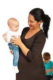 Moderholdingen behandla som ett barn flickan Arkivbild