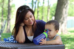 Moderiakttagare hennes son Arkivfoton